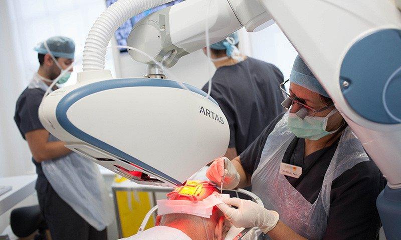 Der Artas Roboter ist eine technisch höchst innovative Maschine, die Ihrem Haarausfall mit genauen Berechnungen begegnet.